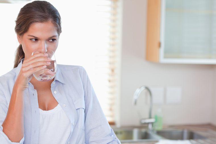 пьет воду перед едой