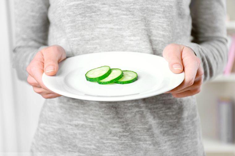 голодает для похудения