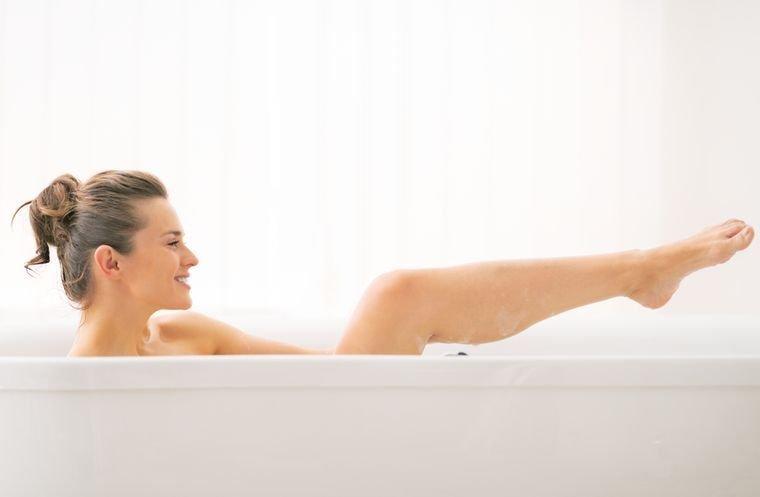 принимает скипидарную ванну для похудения