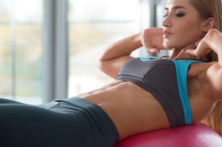 занимается на фитболе для похудения