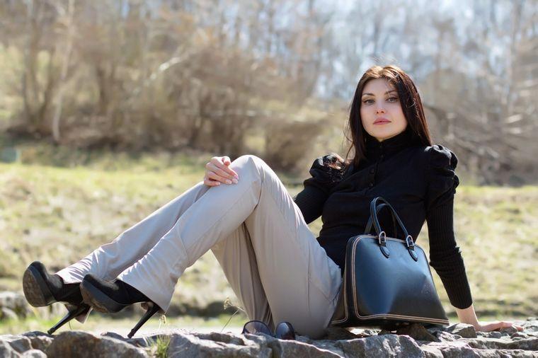 девушка в длинных брюках