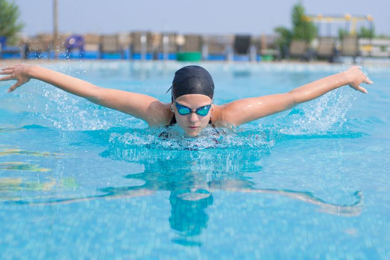 девушка плавает баттерфляем