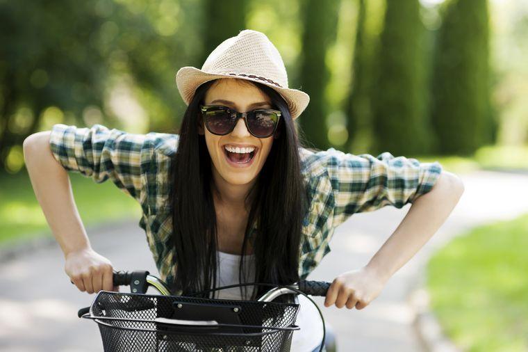 катается на велосипеде для сброса веса