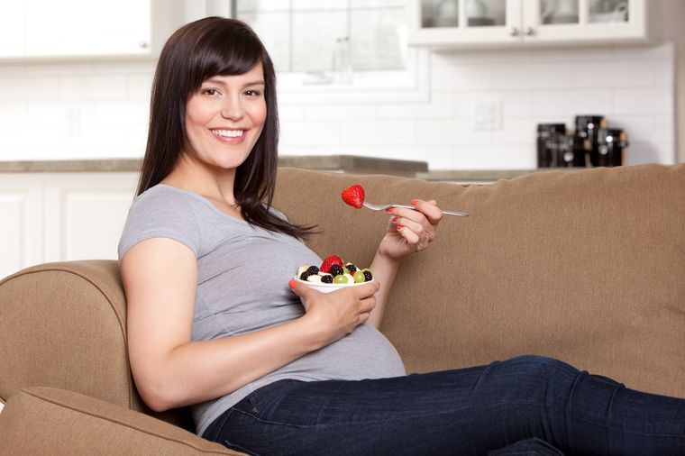 беременная женщина с едой