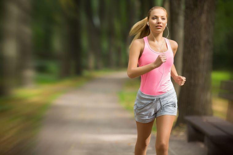 девушка бегает для похудения