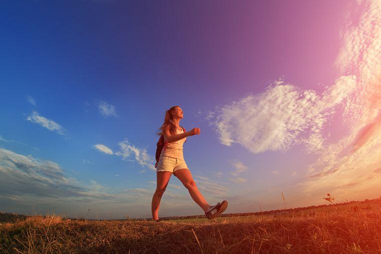 девушка ходит пешком утром