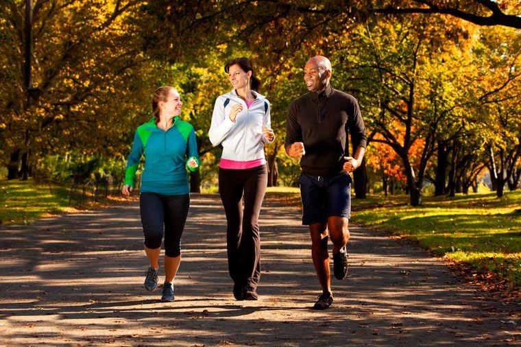 молодые люди ходят пешком