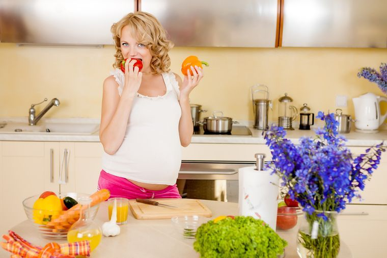 беременная девушка есть овощи