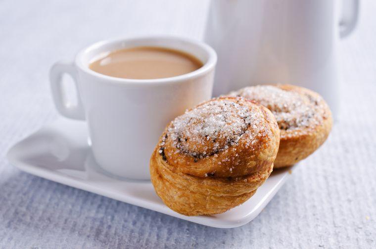 чай с молоком и булочка