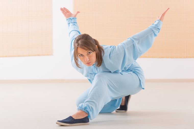 девушка делает упражнения цигун
