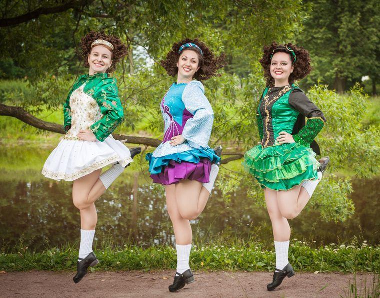 девушки занимаются ирландскими танцами
