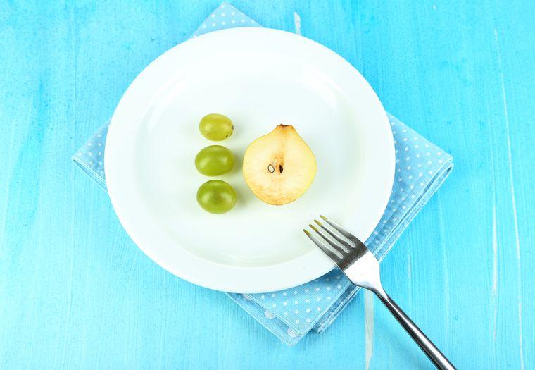 груша и виноград на тарелке