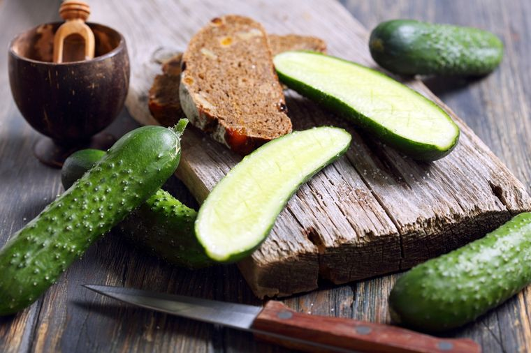 огурцы и ржаной хлеб