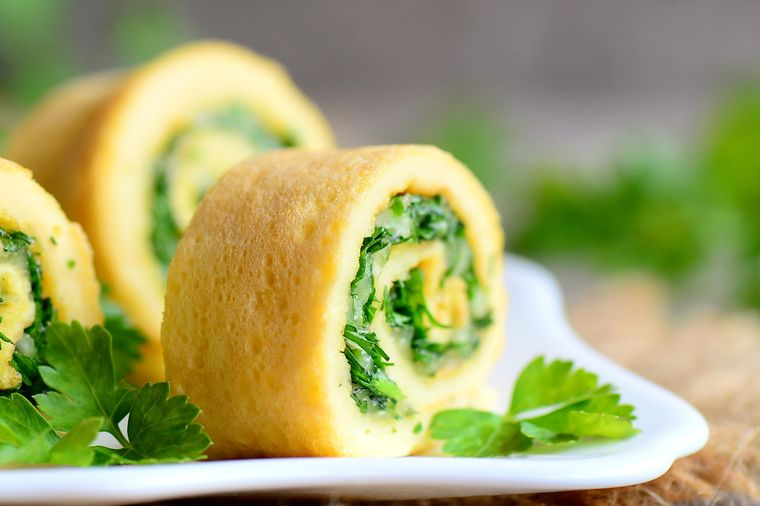рулет из омлета с сыром и зеленью