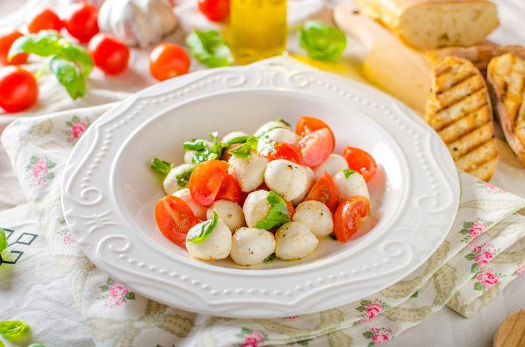 помидоры, сыр и базилик