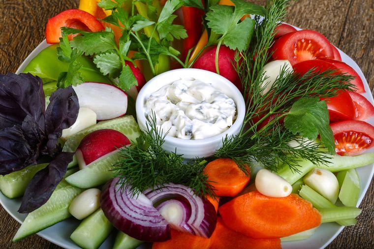свежие овощи и мягкий творог