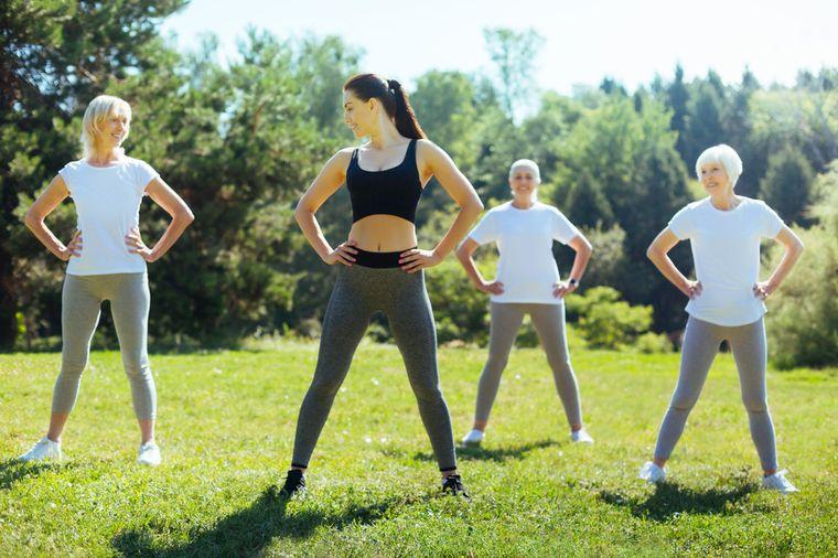 женщины делают упражнения на природе