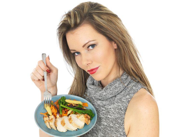 Что можно есть на ночь при похудении: продукты, которые можно кушать вечером и на ужин - фрукты (мандарины, хурама, киви), творог, список разрешенной еды перед сном для худеющих