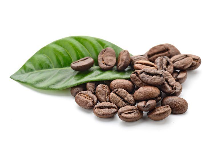 зерна кофе на белом фоне