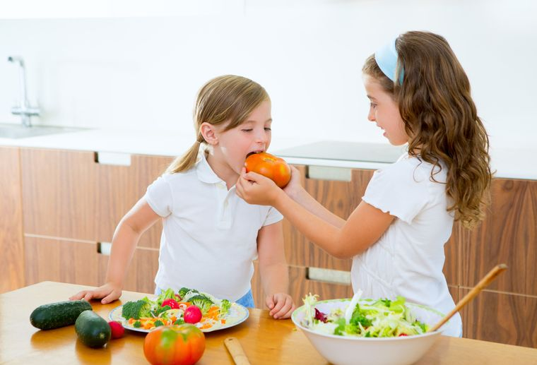 девочки едят овощи