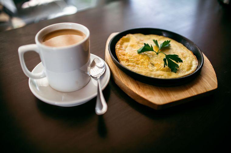 омлет и кофе