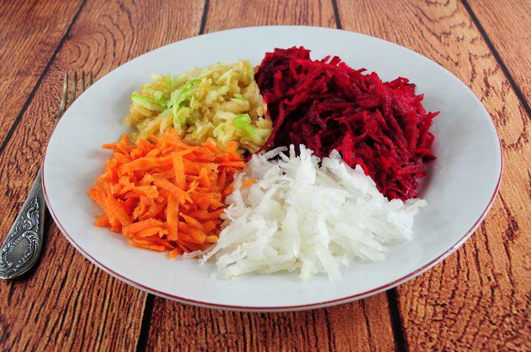 салат из свеклы, репы, моркови и яблок