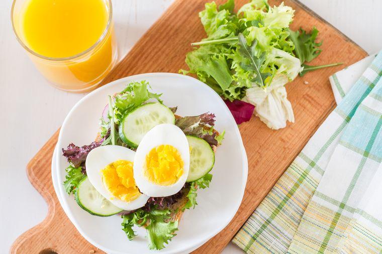 яйца, салат и фреш