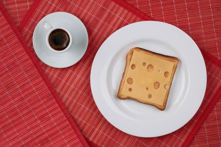бутерброд с сыром и кофе
