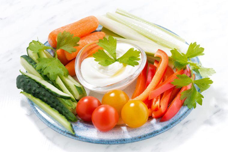 овощная нарезка с йогуртом