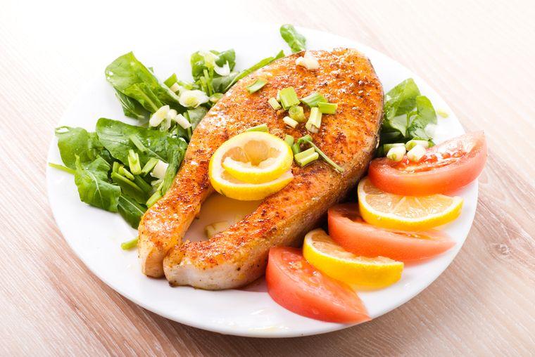 рыбный стейк с овощным салатом