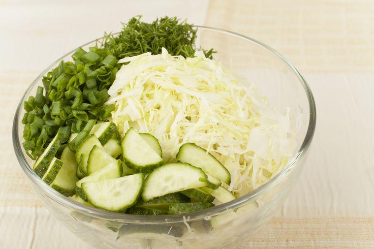салат из капусты, огурцов и зеленого лука