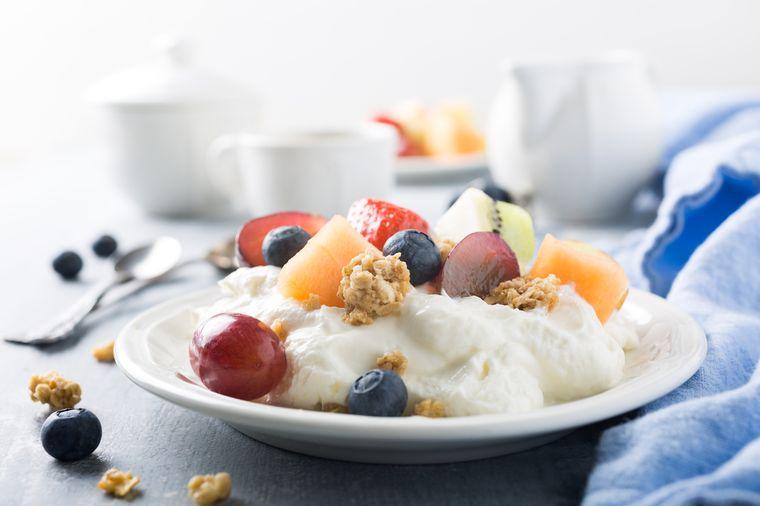 творог с фруктами и орехами