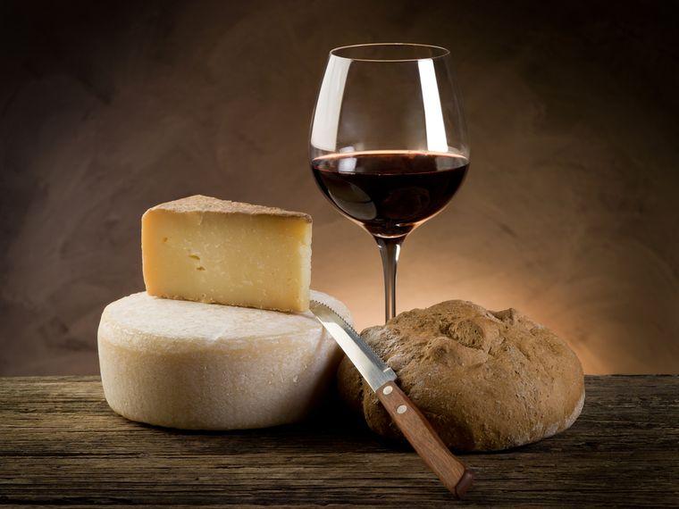 красное вино, сыр и хлеб