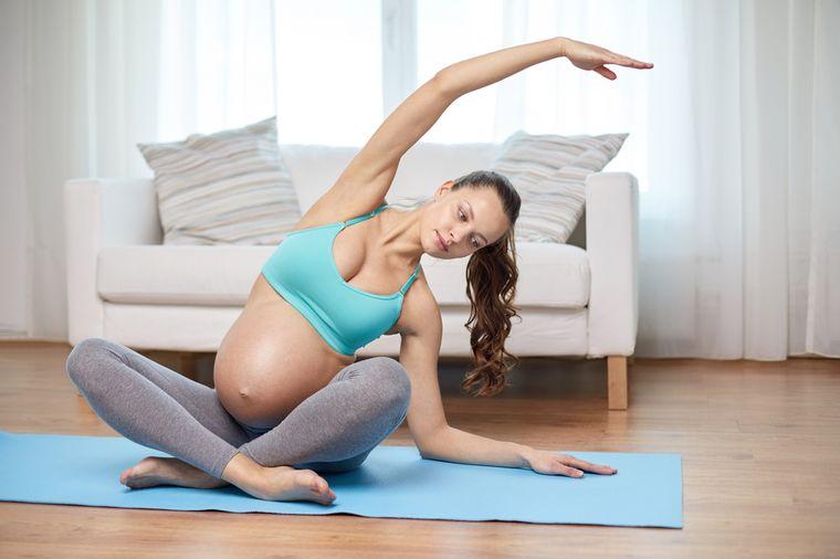 беременная женщина занимается гимнастикой