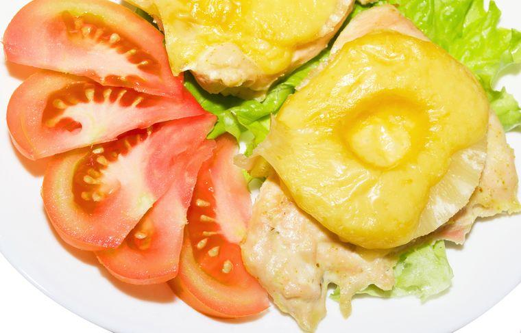 бутерброд с курицей и ананасом