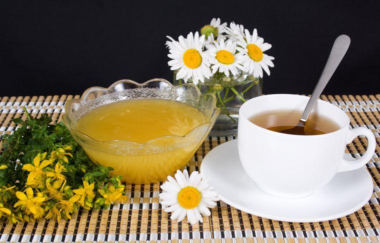 чай из ромашки и зверобоя
