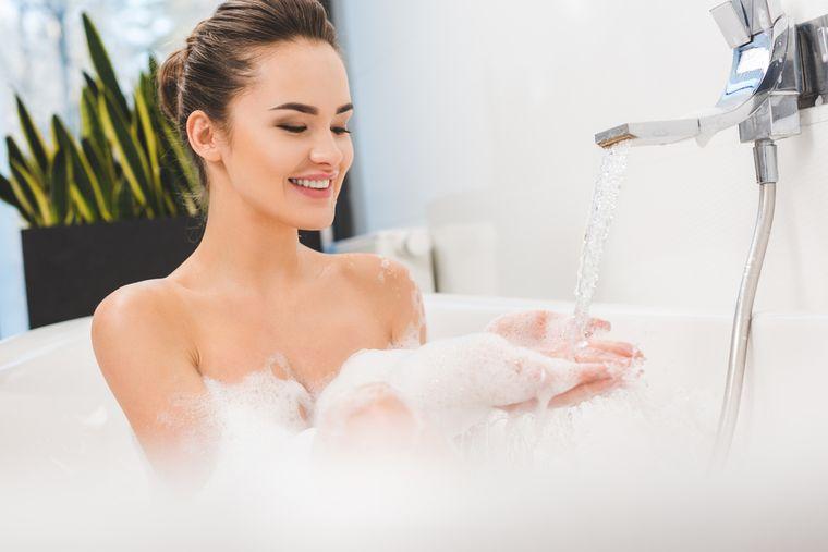 девушка моется в ванне