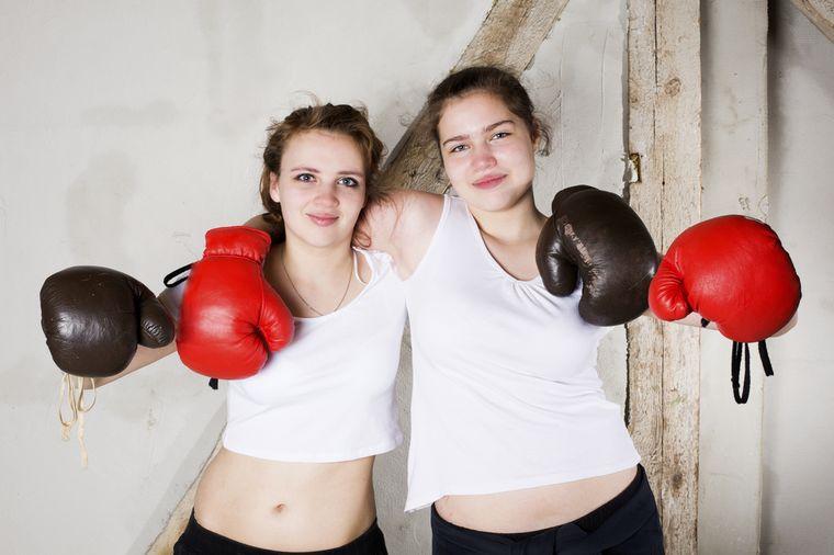 девушки занимаются боксом