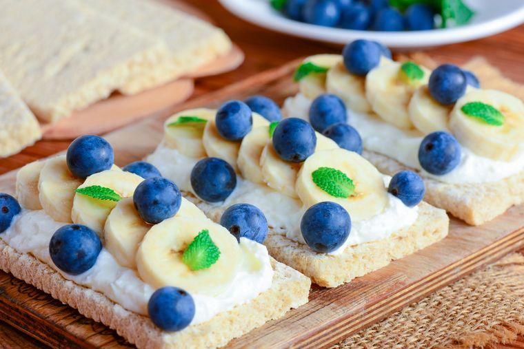 хлебцы с черникой и бананом
