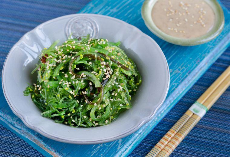 салат из чуки с кунжутным семенем