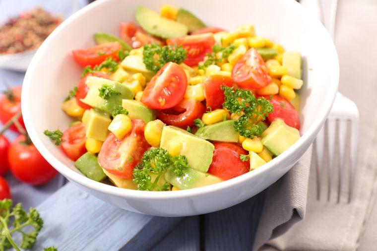 салат из кукурузы с помидорами