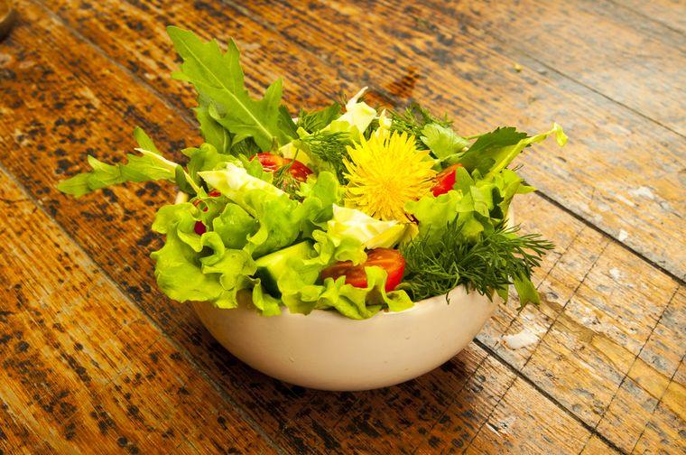 салат из расторопши и одуванчика