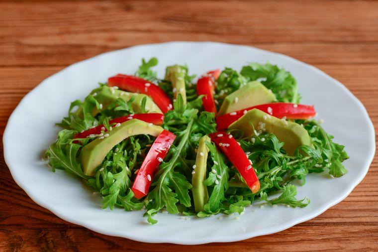 салат из рукколы с авокадо и кунжутом