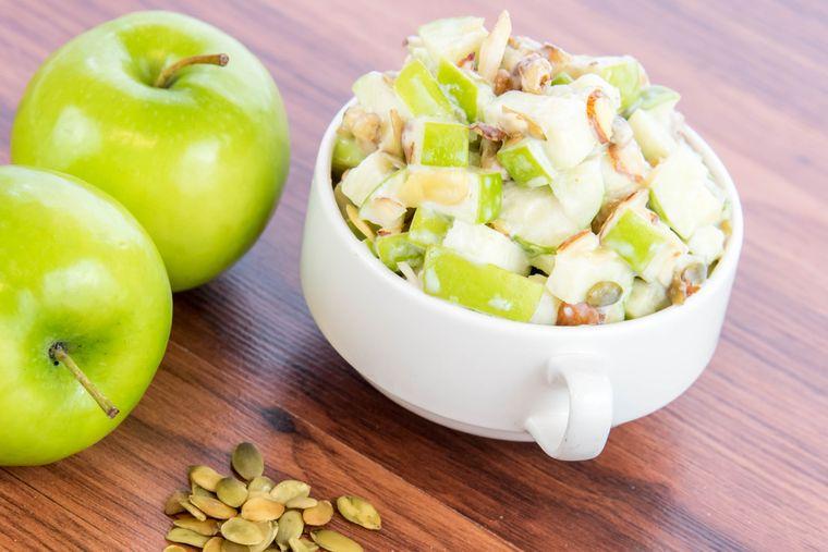 салат из яблок с тыквенными семечками