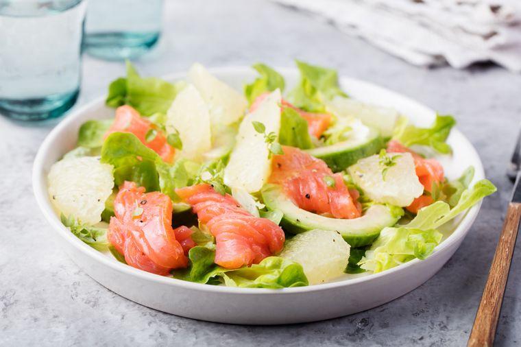 салат с лососем, грейпфрутом и рукколой