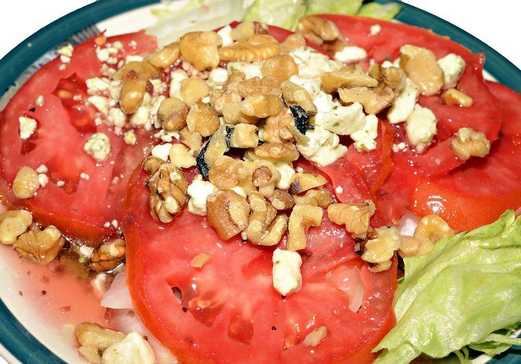 салат из помидоров с грецким орехом
