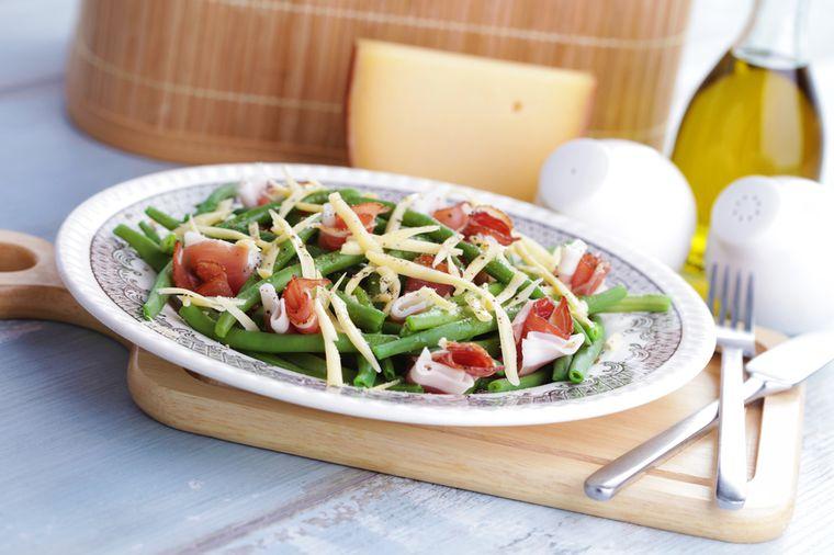 салат из ветчины с фасолью