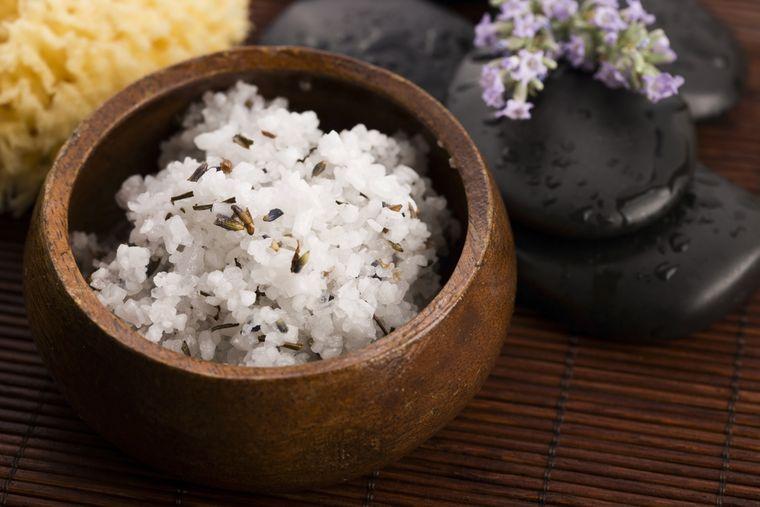 скраб с солью и оливковым маслом