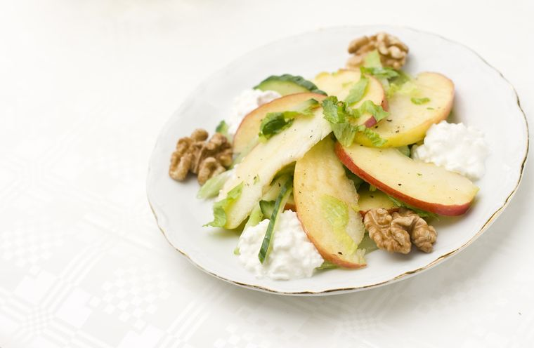 творог с яблоками и орехами