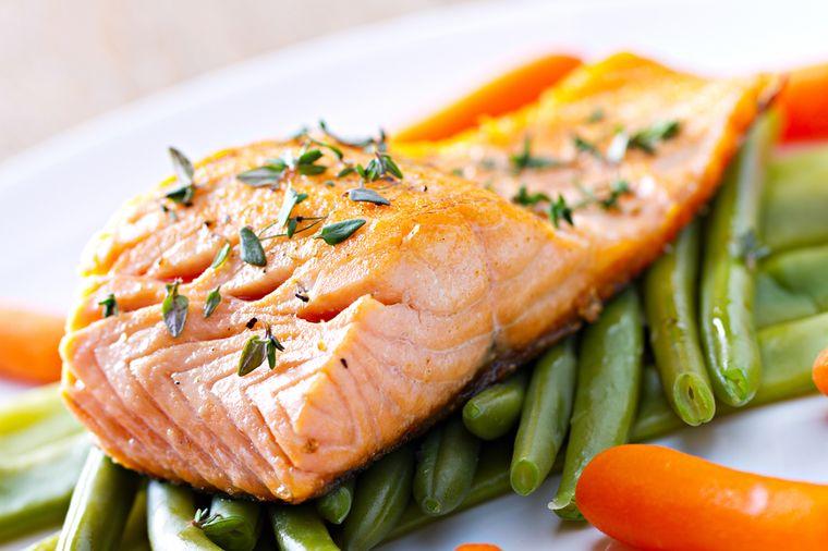 зеленая фасоль с рыбой